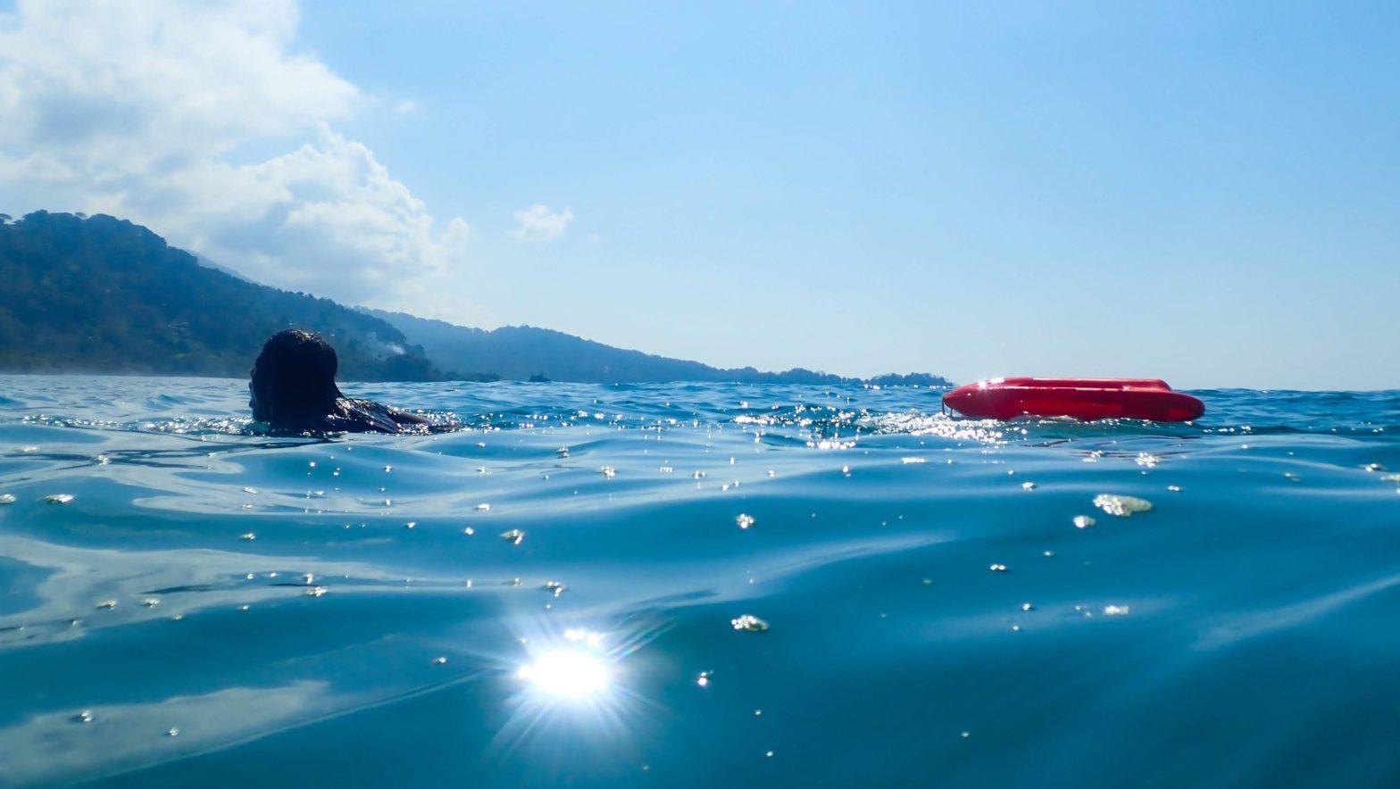 Lifeguards swimming - guardavidas nadando